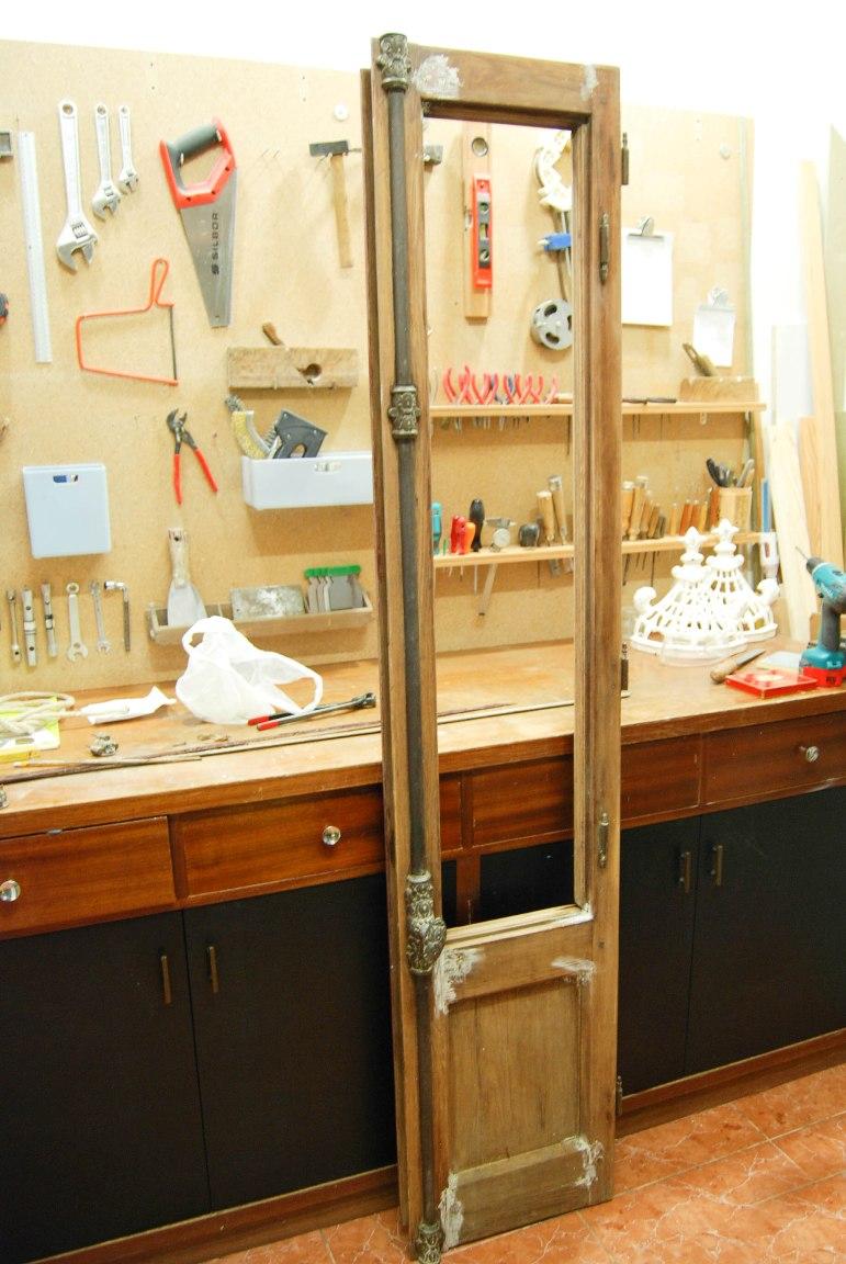 C mo hacer un espejo a partir de una puerta balconera o for Como limpiar puertas de madera muy sucias