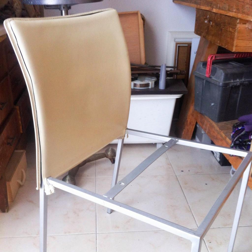 C mo tapizar unas sillas modernas en el taller de antic chic - Como tapizar una silla con respaldo ...